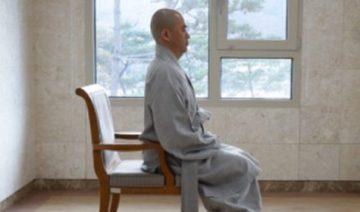 Правильное положение тела в практиках на стуле